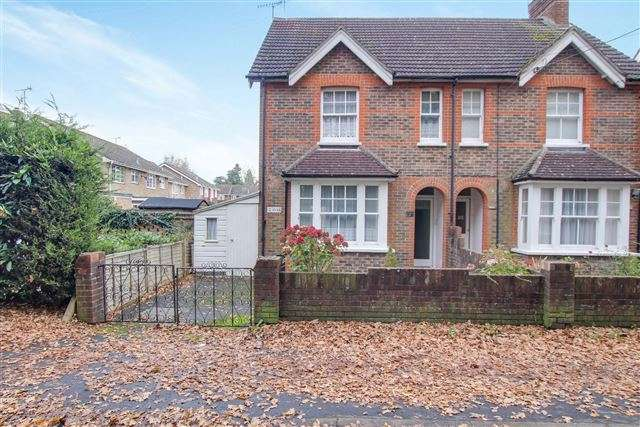 3 Bedrooms Semi Detached House for sale in Ifield Green, Crawley