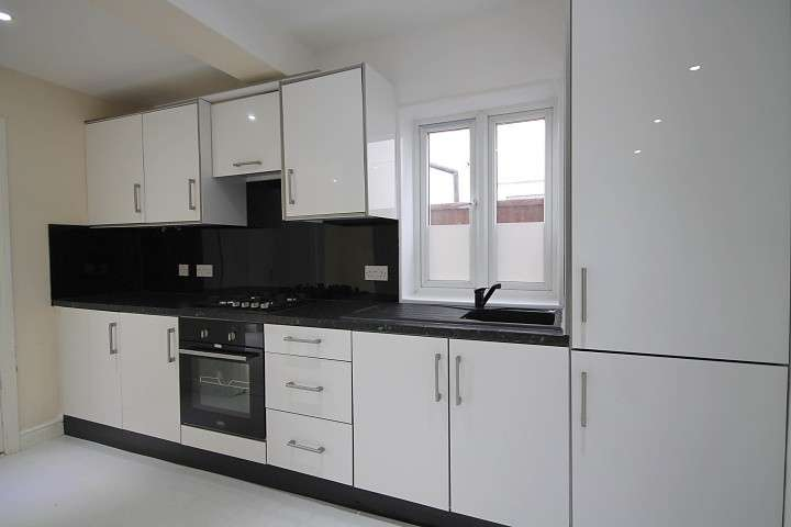 2 Bedrooms Maisonette Flat for sale in Ground Floor Flat The Greenway, Hounslow, TW4