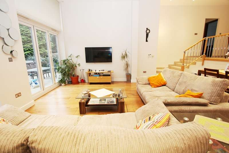 4 Bedrooms Semi Detached House for sale in Highview Gardens, Edgware, Greater London. HA8 9UD