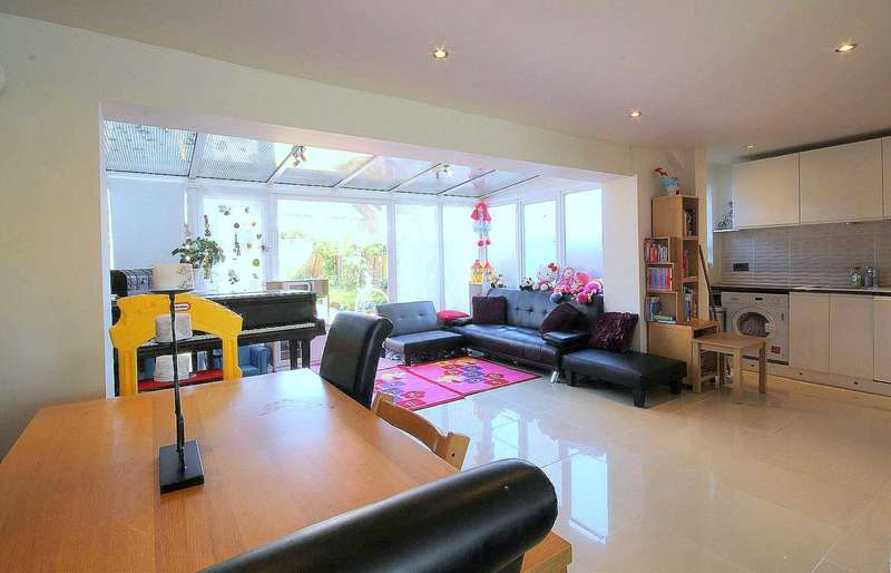 3 Bedrooms Terraced House for sale in EXTENDED 3 BED HOME OVER 1000 SQ FT IN CHAULDEN, HP1