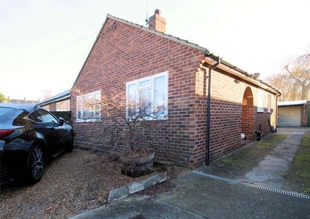 3 Bedrooms Semi Detached Bungalow for rent in Knaphill, WOKING, Surrey