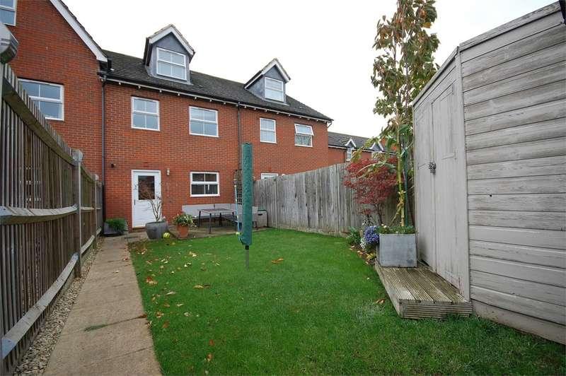 3 Bedrooms Terraced House for sale in Silver Birch Way, Aylesbury, HP22