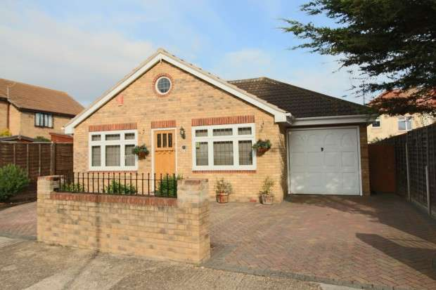 2 Bedrooms Bungalow for sale in Droitwich Avenue, Southchurch, SS2