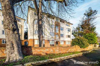 2 Bedrooms Flat for sale in Woodford Road, Wanstead, London