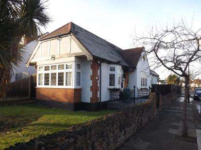 2 Bedrooms Bungalow for sale in Westcliff-On-Sea, Essex