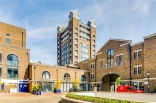 2 Bedrooms Flat for sale in Trade Tower, Coral Row, Battersea, London