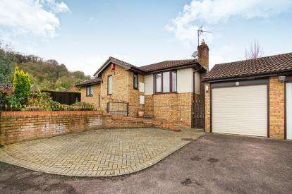 3 Bedrooms Bungalow for sale in Lambsdowne, Dursley, Gloucestershire