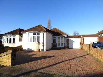 3 Bedrooms Bungalow for sale in Hornchurch, Essex