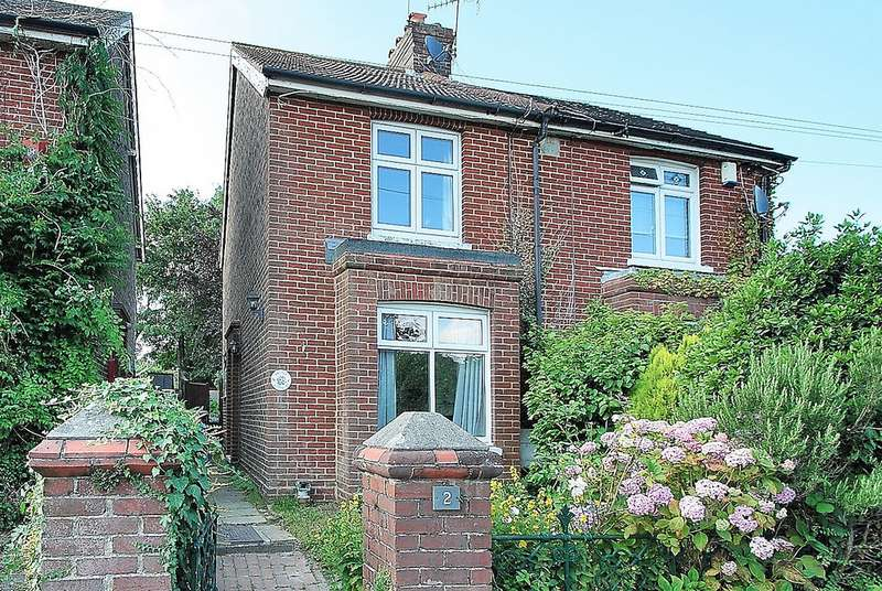 2 Bedrooms Detached House for sale in Newchapel Road, Lingfield, RH7 6TA