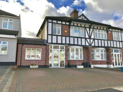 3 Bedrooms House for sale in Clayhall, Ilford, Essex