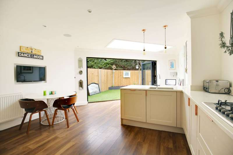 3 Bedrooms Semi Detached House for sale in Widewing Close, Teddington
