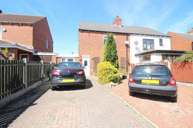 3 Bedrooms Semi Detached House for sale in Palmers Avenue, Pontefract, West Yorkshire, WF9 2JG