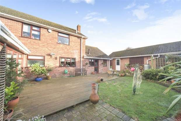 4 Bedrooms Detached House for sale in Tadley Hill, Tadley, Hampshire