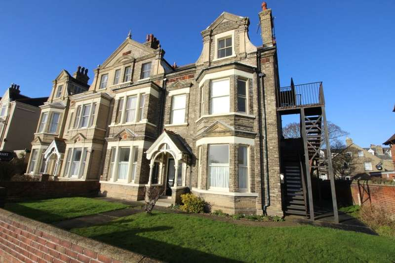 2 Bedrooms Flat for sale in Kirkley Cliff Road, Lowestoft, NR33
