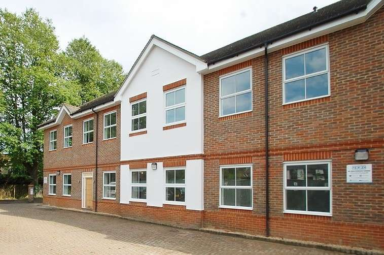2 Bedrooms Flat for rent in Hill Avenue, Amersham, HP6