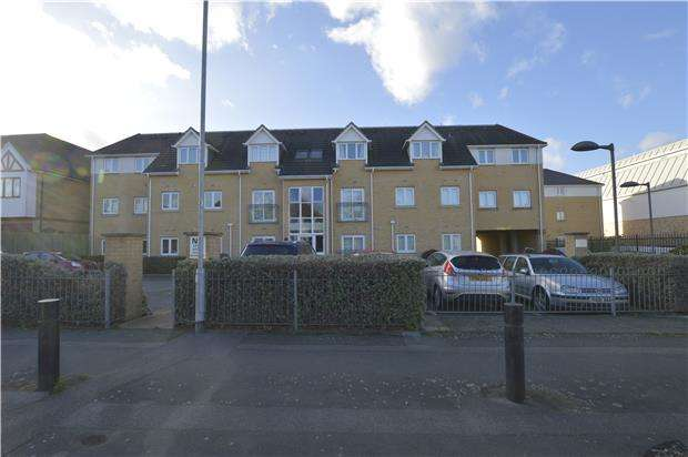 2 Bedrooms Flat for rent in Grenfell Avenue, Hornchurch