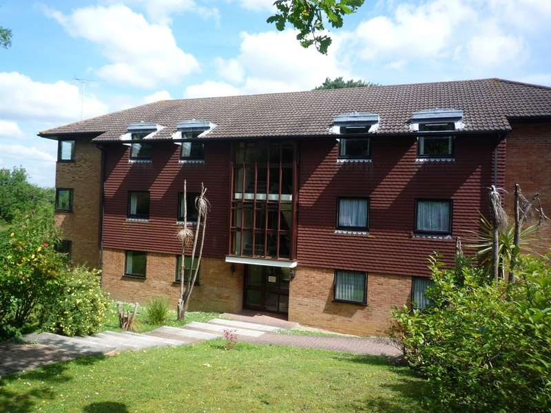 2 Bedrooms Flat for rent in Pine Trees Court, Pine Trees, Hassocks