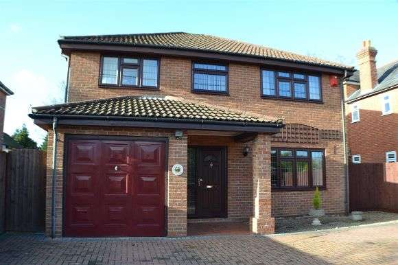 4 Bedrooms Detached House for sale in King Street, Mortimer Common, Reading