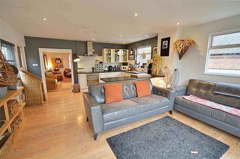 2 Bedrooms Flat for sale in The Street, Hamstreet, Ashford