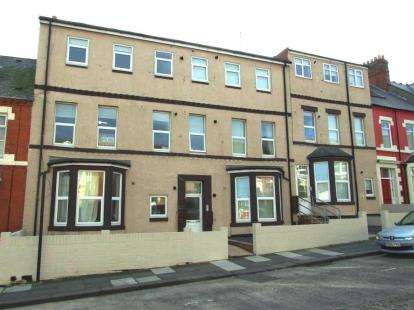 2 Bedrooms Flat for sale in North Parade, Whitley Bay, Tyne and Wear, NE26