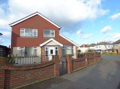3 Bedrooms Detached House for sale in Rainham, Essex, .