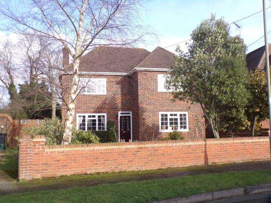 3 Bedrooms Detached House for sale in Aldershot, Surrey