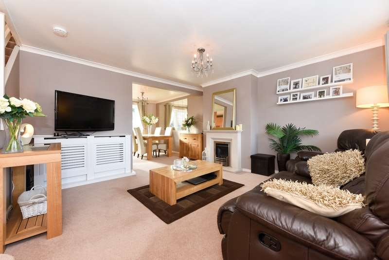 3 Bedrooms Semi Detached House for sale in Views Wood Path, Uckfield, East Sussex, TN22