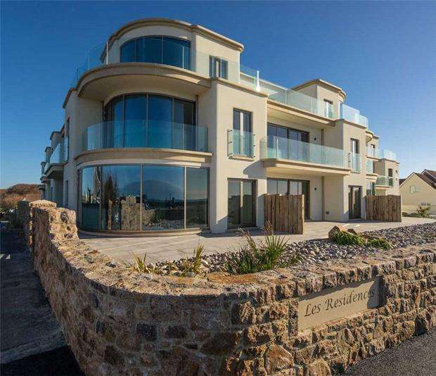2 Bedrooms Apartment Flat for sale in Cobo Bay, Castel