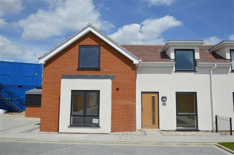 3 Bedrooms Semi Detached House for sale in Cottage Garden Mews, Westcliff On Sea, Essex
