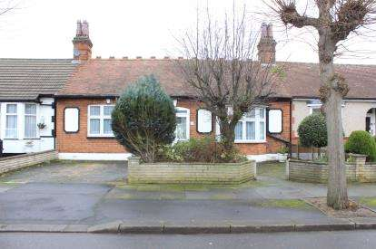 2 Bedrooms Bungalow for sale in Barkingside, Essex