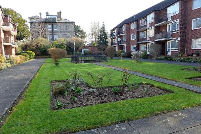 2 Bedrooms Flat for sale in Parr Court, Castle Way, Feltham