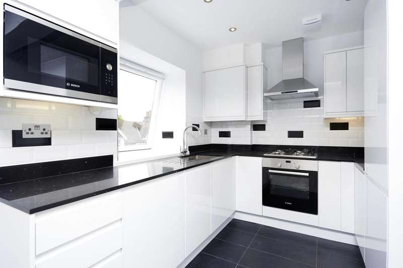 2 Bedrooms Flat for sale in Woodcote Side, Epsom, Surrey, KT18