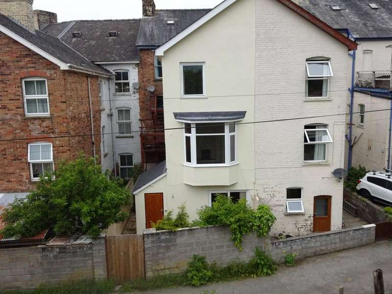 2 Bedrooms Town House for sale in Park Crescent, Llandrindod Wells, Powys