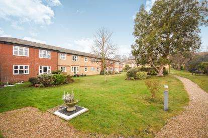 2 Bedrooms Flat for sale in Southchurch Rectory Chase, Southend-On-Sea, Essex