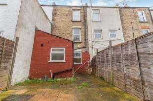 2 Bedrooms Terraced House for sale in Victoria Road, Chatham, Kent