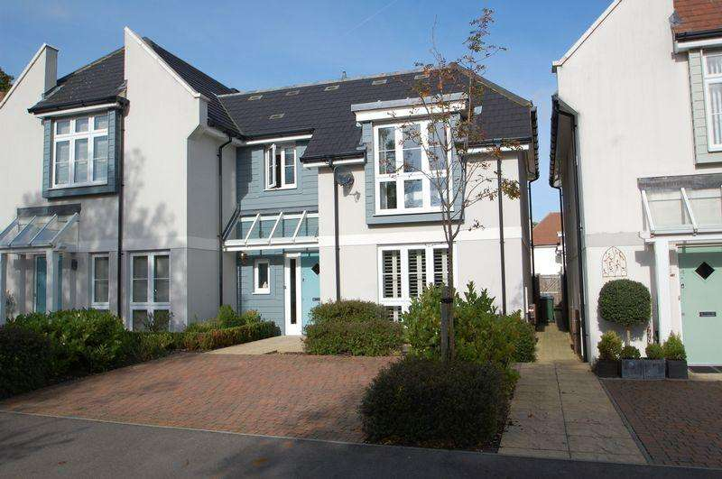 3 Bedrooms Semi Detached House for sale in Castle Gardens, Horndean, Waterlooville