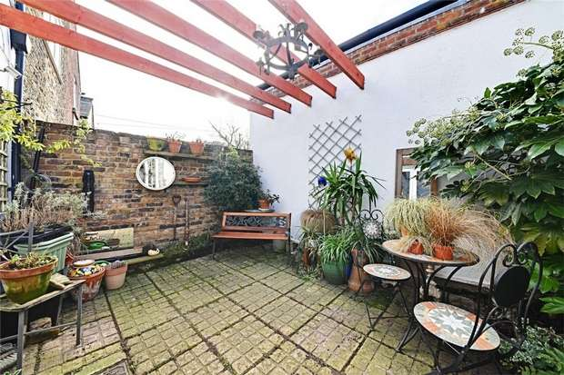 2 Bedrooms Flat for sale in Market Place, East Finchley, N2