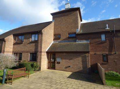 2 Bedrooms Flat for sale in Pond Farm Close, Duston, Northampton, Northamptonshire