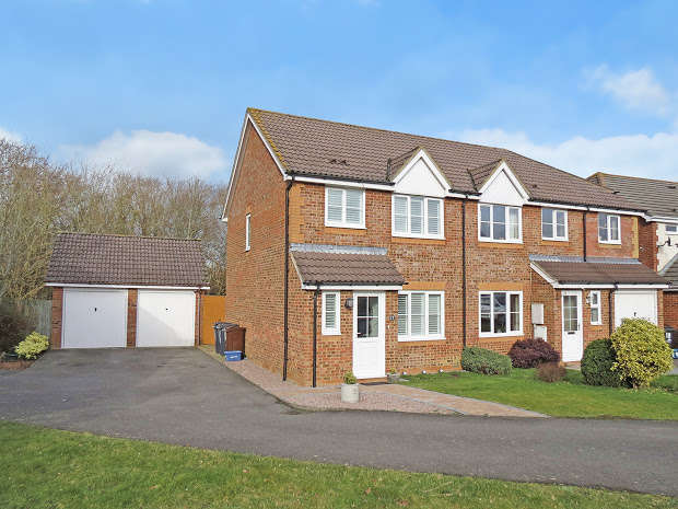 3 Bedrooms Semi Detached House for sale in Carpenters Way, Hailsham, BN27