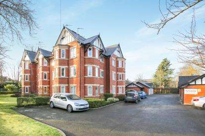 2 Bedrooms Flat for sale in The Crescent, Woodsmoor, Stockport, Cheshire
