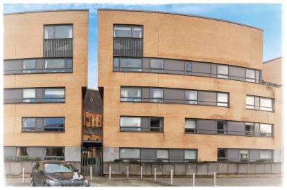 2 Bedrooms Flat for sale in Queen Elizabeth Gardens, New Gorbals, Glasgow