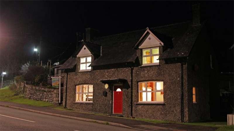 3 Bedrooms Detached House for sale in Angorfa, Pensarn, Gwynedd