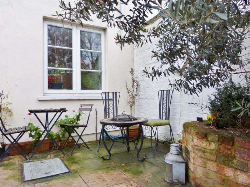 2 Bedrooms Maisonette Flat for sale in North Cottage, Hampton Court Road