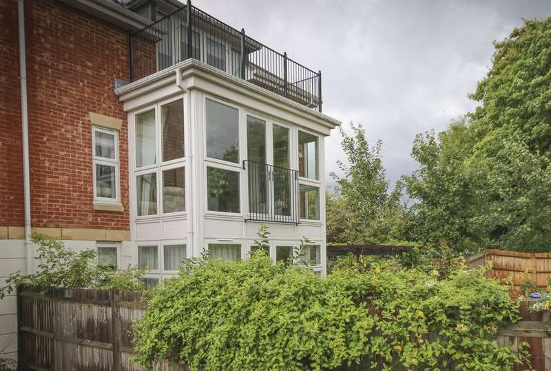 2 Bedrooms Flat for sale in Lakeside Drive, Chobham, Surrey, GU24