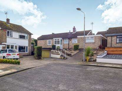 2 Bedrooms Bungalow for sale in Crummock Close, Bramcote, Nottingham, .