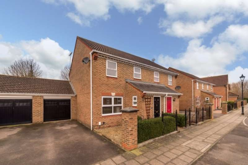 3 Bedrooms Semi Detached House for sale in Sandhill Way, Aylesbury, Buckinghamshire, HP19
