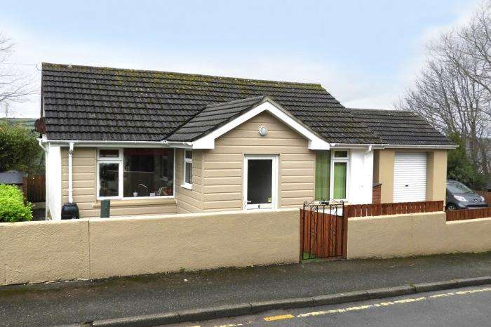 3 Bedrooms Bungalow for sale in 6 Penview Crescent, Helston, TR13