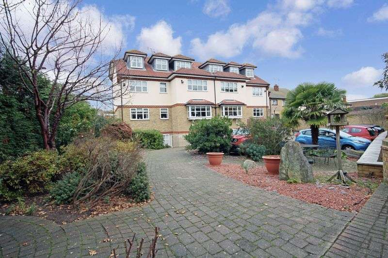 2 Bedrooms Property for sale in Clyst Court, Leigh-on-Sea, SS9 5PS