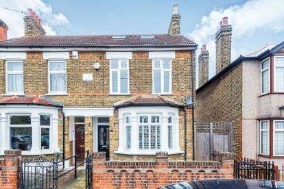 4 Bedrooms Semi Detached House for sale in Romford, Havering, London