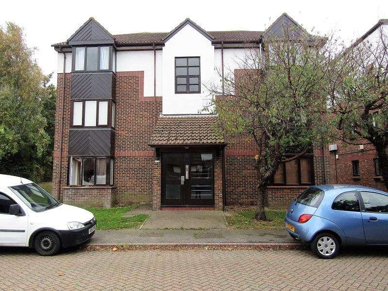 Studio Flat for sale in Talus Close, Purfleet, Essex. RM19 1SF